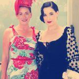 Dita Von Teese   Der Burlesque-Star, der bürgerlich Heather Renée Sweet heißt, wuchs mit zwei Schwestern auf. Auf ihrem Twitter Account teilt die Tänzerin ein Foto, das sie mit einem Geschwisterteil zeigt.