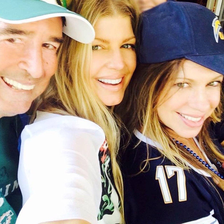 Stacy Ann und Dana Ferguson  Stacy Ann Ferguson ist besser bekannt als Fergie Duhamel. Gemeinsam mit ihrer Schwester Dana und ihrem Vater besucht sie eien Sportveranstaltung.
