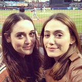 """Emmy Rossum und ihre Halbschwester  Über die Schwester des """"Shameless""""-Stars ist wenig bekannt, aber die Liebe zum Baseball scheinen die Halbschwestern zu teilen."""