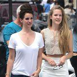 Lana Del Rey und Caroline Grant  Lana Del Rey ist mit ihrer Schwester Caroline und ihren Eltern in Paris. Gemeinsam gehen sie zum Shopping und ins Restaurant.
