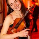 Ksenia Dubrowskaj sorgt für die musikalische Untermalung