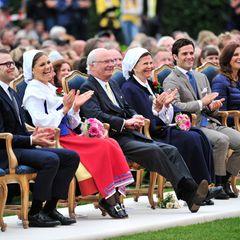 Das Geburtstagskind amüsiert sich prächtig inmitten ihrer Liebsten Prinz Daniel, König Carl Gustaf, Königin Silvia, Prinz Carl P