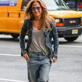 """Klar kann Jennifer Lopez neben Glamour-Looks auch mal Streetstyle tragen: In New York zeigt sie sich in Boyfriend-Jeans und einer oversized Jeansjacke in der Bronx und ist gleich wieder """"Jenny From The Block""""."""