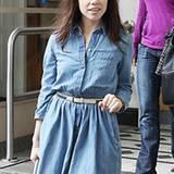 Sängerin Carly Rae Jepsen kombiniert ihr Jeanskleid von Levi's mit einem beigen Ledergürtel. Das Kleid gehört zur aktuellen Herb