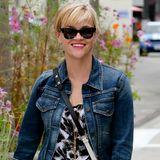Reese Witherspoon, die Königin des lässig-dezenten Alltagslooks, kann auf Jeans-Basics wie dieser Stonewashed-Jacke nicht verzichten.