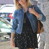 Die hochgekrempelte Jeansjacke zum Minirock macht Reese Witherspoon gleich ein paar Jahre jünger.