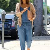 Zum lässigen Jeans-Overall kombiniert Jessica Alba einen schützenden Strohhut und beigen Cardigan.