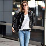 Hier stimmt einfach alles: Topmodel Gisele Bündchen liebt Casual-Outfits und weiß genau, wie sie ihre endlos langen Beine perfekt in Szene setzt. Lederjacke, weißes Shirt und eine ausgewaschene Jeans in angesagter Schlitz-Optik: Mehr braucht es nicht für einen coolen Look à la Gisele.