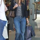 """Rachel Bilson liebt die Dojo-Jeans von """"7 for all Mankind"""", die mit ihrem weit ausgestellten Bein das Comeback der 70's zelebrie"""