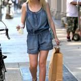 Jeans-Jumpsuit und stylische Sandalen: Dakota Fanning mag's beim Shoppen bequem.