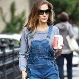 Auch wenn Latzhosen nicht unbedingt ein Mode-Musthave sind, stylt Sarah Jessica Parker ihre sehr gelungen mit grauem Pullover und Sneaker-Wedges.