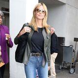 Die Schlaghose ist wieder da! Hochbündig, schön eng und unten weit trägt auch Stil-Ikone Heidi Klum den Jeans-Klassiker gern.