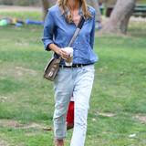 Gut gewaschen: Fast weiß ist Heidi Klums lässige Fetzen-Jeans von 7 For All Mankind, die sie zum gemütlichen Nachmittag im Park mit blauem Hemd im Jeans-Look kombiniert.