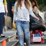 Jeans können nicht kaputtgehen, sondern nur an Charakter gewinnen. Jessica Biel zeigt hier so ein Beispiel.