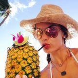 Im Urlaub auf Maui genießt Alessandra Ambrosio ihr Getränk direkt aus einer Ananas.