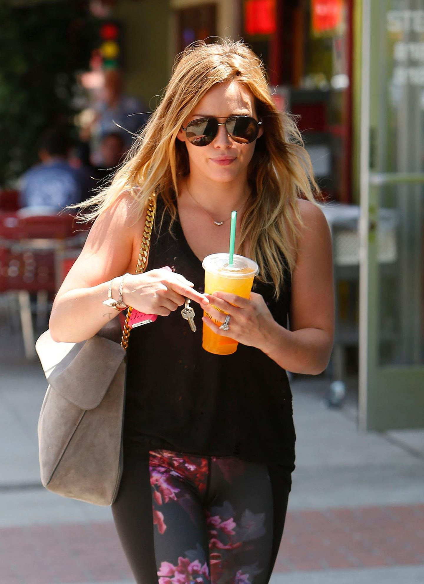 Auf dem Weg durch Studio City trinkt Hilary Duff ein kühles Getränk.