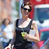 Anne Hathaway erfrischt sich in einer Drehpause in Brooklyn mit einem kühlenden Getränk.