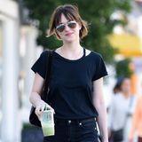 Dakota Johnson geht nach ihrer Shoppingtour mit einen gesunden, grünen Smoothie nach Hause.