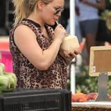 """Auf dem """"Farmers Market"""" in Brentwood trinkt Hilary Duff genüsslich aus einer Kokosnuss."""