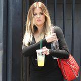 Khloe Kardashian kommt mit Kaltgetränk aus dem Filmstudio.