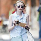 Passend zur Frühlingssonne streift Dakota Fanning mit einem Eiskaffee in der Hand durch New York.