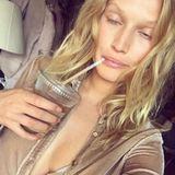 Nach einem langen Arbeitstag und Jetlag in den Knorren, verabschiedet sich Toni Garrn mit diesem Foto von sich: Ungeschminkt, die Augen schwer und ein kühles Getränk an den Lippen!