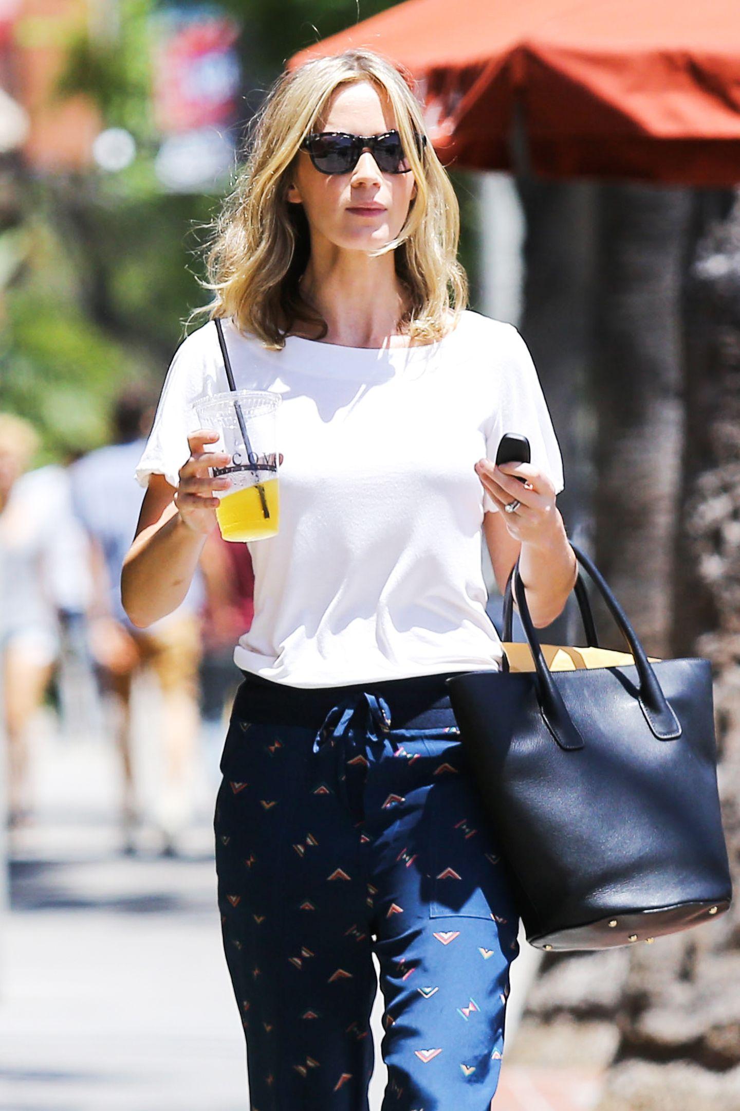 """Emily Blunt hat sich im """"Alcove Cafe"""" in Los Feliz einen Smoothie geholt."""