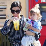 """Kourtney Kardashian und Tochter Penelope erfrischen sich mit einem kühlen Getränk aus der """"Commons Mall"""" in Calabasas, ihr Bruder Mason geht leer aus."""