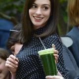 """Bei den Dreharbeiten von """"The Intern"""" trinkt Anne Hathaway einen Gemüse-Smoothie."""