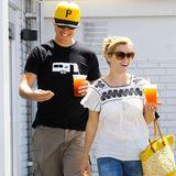 Sonneschein, gute Laune und ein kaltes Erschfrischungsgetränk - so lassen es sich Reese Witherspoon und Jim Toth gut gehen.