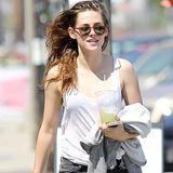Kristen Stewart erfrischt sich mit einem kühlen Getränk aus einer Saftbar im kalifornischen Glendale.
