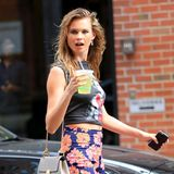 Behati Prinsloo trinkt bei ihrer Shoppingtour in New York eine Limonade.