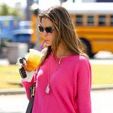 """Model Alessandra Ambrosio hat sich bei """"Coffee Bean"""" in Brentwood ein erfrischendes Getränk geholt."""