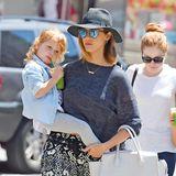 Jessica Alba gibt ihrer Tochter Honor einen gesunden grünen Smoothies.