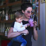 Beim Babysitten des Kindes einer Freundin gönnt Lana Del Rey sich eine kleine Erfrischung.