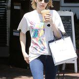 Eiskalter Kaffee an einem heißen Tag ist für Emma Roberts genau das Richtige.