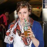 Lena Dunham schlüft am Flughafen von Los Angeles einen Eistee.