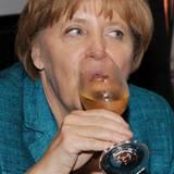 """Auf dem """"ZDF Sommerfest"""" in Berlin gönnt Bundeskanzlerin Angela Merkel sich ein kühles Glas Wein."""