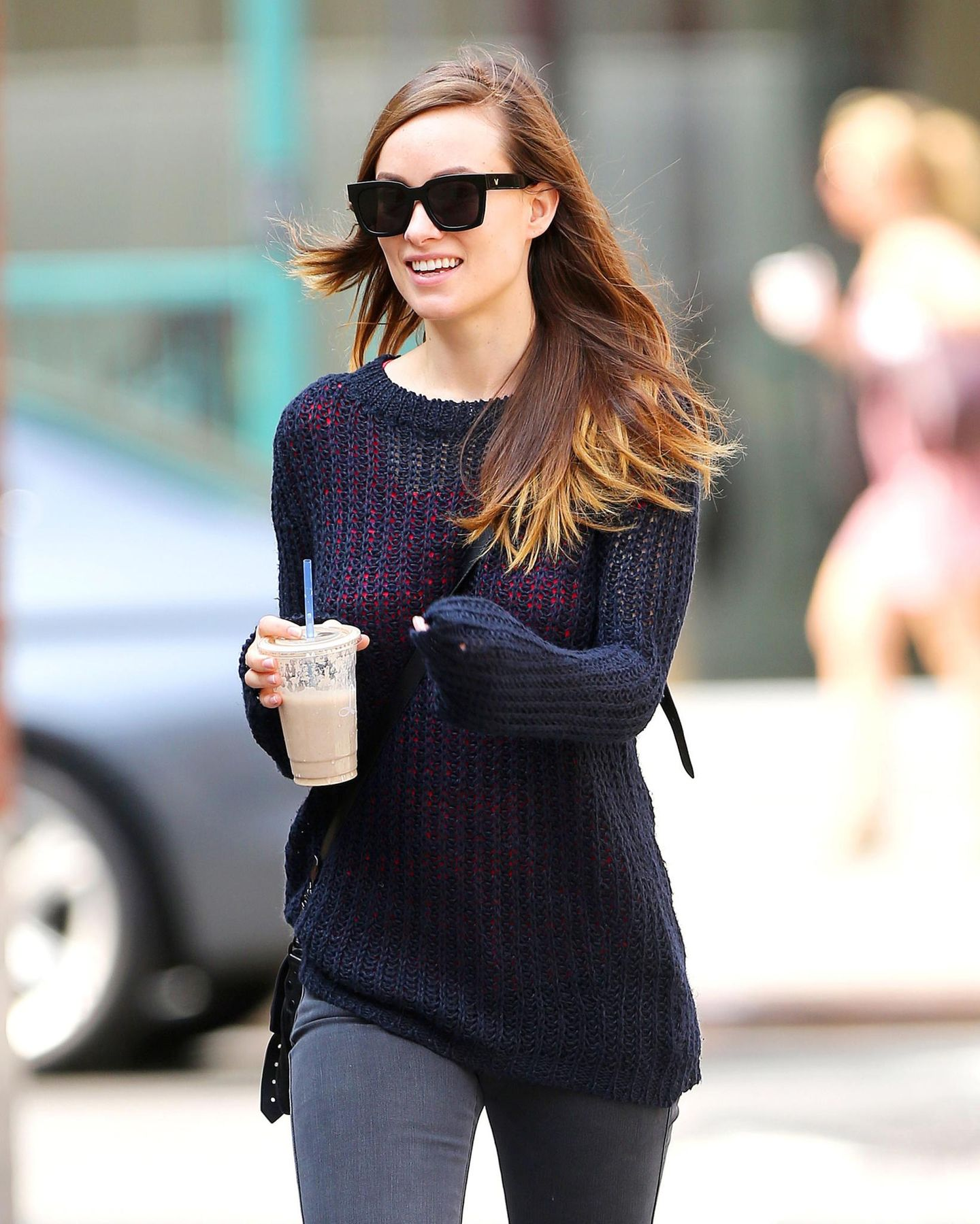 Olivia Wilde deckt sich am morgen mit einem großen geeisten Kaffee ein.