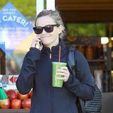 Grüne Smoothies sind gerade sehr angesagt und nebenbei auch gesund. Reese Whiterspoon sieht auf jeden Fall sehr zufrieden aus mit ihrer Wahl.