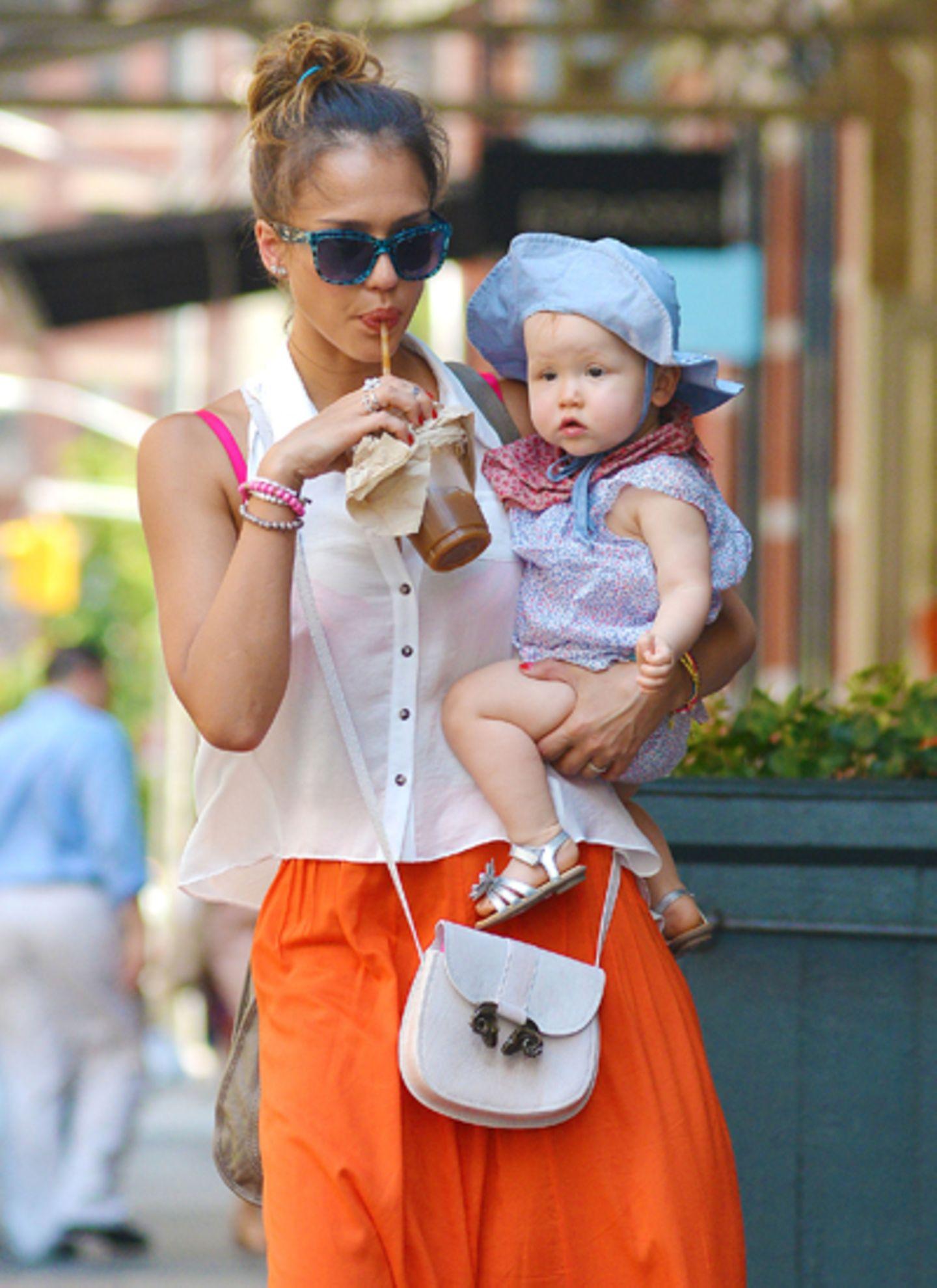Jessica Alba ist mit ihren Töchtern Honor und Haven auf dem Weg zum Mittagessen in New York. Die kleine Haven scheint ganz faszi