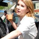 Für die Autofahrt besorgt sich Emma Roberts ein erfrischendes Getränk.