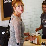 Melanie Griffith deckt sich in Los Angeles mit gesunden Getränken ein.