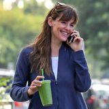 Jennifer Garner freut sich über ihren grünen Smoothie.