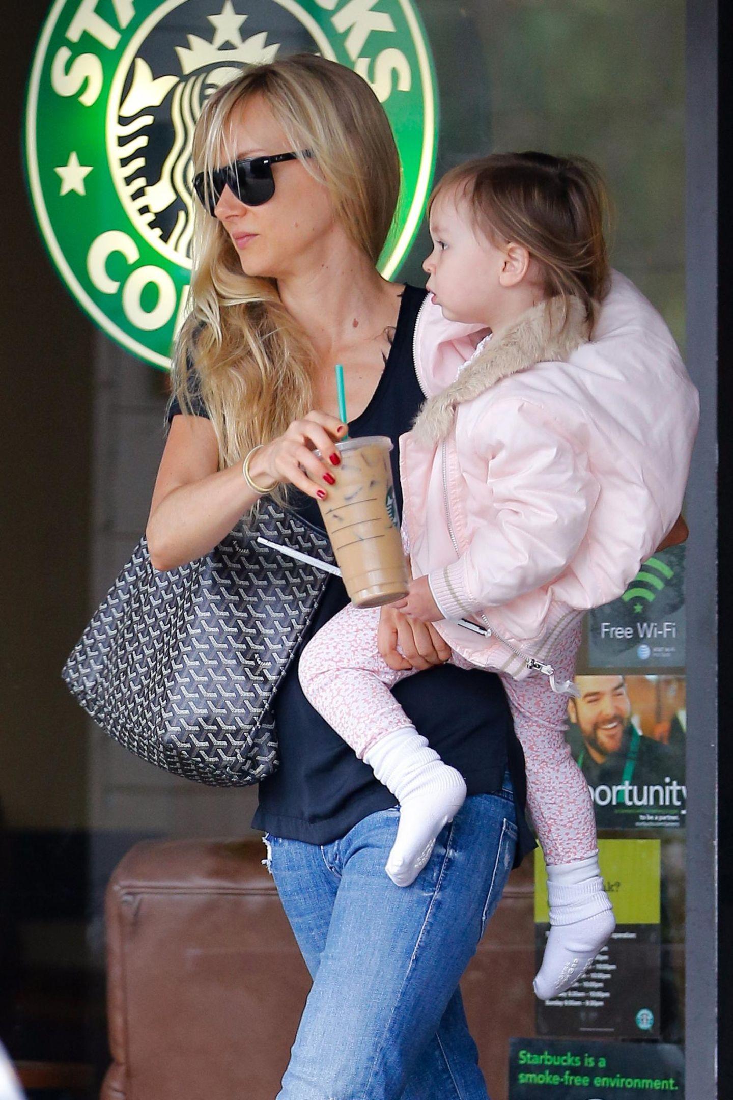 """Kimberly Stewart und Töchterchen Delilah legen einen Zwischenstopp bei """"Starbucks"""" ein."""
