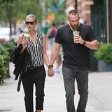 Bei einem romantischen Spaziergang durch New York gönnen sich Heidi Klum und Martin Kirsten einen Eiskaffee.