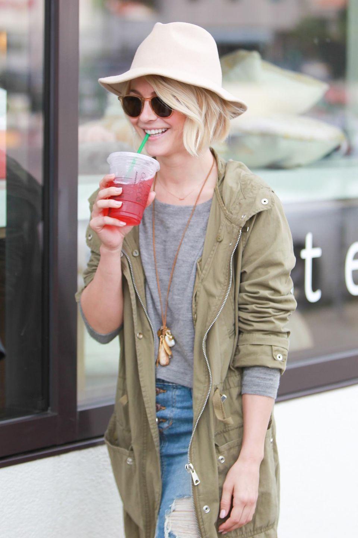 Julianne Hough freut sich über ihr leckeres Kaltgetränk, während sie durch die Straßen von Hollywood schlendert.