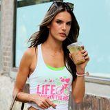 Alessandra Ambrosio gönnt sich auf dem Weg zur Arbeit noch einen Schluck Eiskaffee.