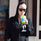 """Olivia Wilde schlürft ihr """"Liquiteria-Drink"""" im Schlabberlook mit Kapuze überm Kopf. Sie ist in West Village in New York unterwegs."""