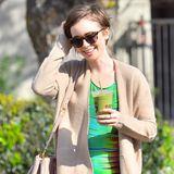 Mit einem gesunden grünen Smoothie läuft Lily Collins gut gelaunt durch Los Angeles.